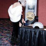 «Сам Ёко Таро встал передо мной на колени!» — фанатка NieR получила необычный подарок от создателя серии на концерте