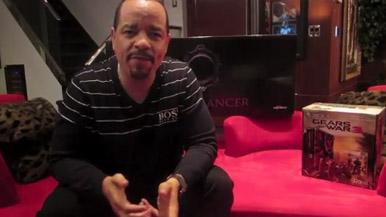 Рэпер Ice-T распаковывает бандл Gears of War 3